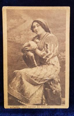 FEMEIE IN COSTUM POPULAR DIN ZONA PETROSITA , CARTE POSTALA ILUSTRATA , MONOCROMA , CIRCULATA , DATATA 1924 foto