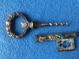 Tirbuson vechi german,din bronz,in forma de cheie
