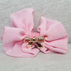 Clama pentru par, tip fundita, culoare roz deschis