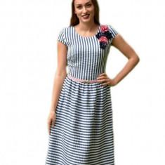Rochie de zi cu dungi alb-albastru si curea ingusta roz in talie