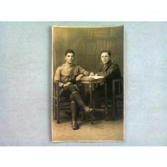 FOTOGRAFIE TIP CARTE POSTALA, DOI CAMARAZI, ANII '20