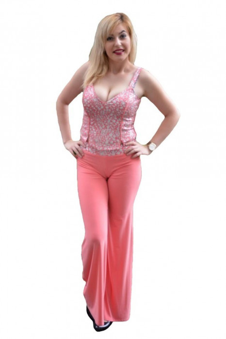 Costum rafinat roz cu design argintiu-alb, format din pantalon-top