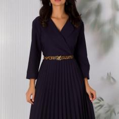 Rochie Sandra bleumarin cu decolteul petrecut si fusta plisata