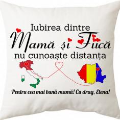 """Perna personalizata patrata alba, model """"Iubirea dintre mama si fiica nu cunoaste distanta"""", poliester, 40×40 cm"""