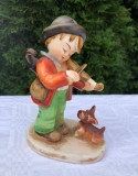 Figurina din portelan japonez baietel cantand la vioara