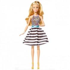 Papusa Barbie, model fashionista, blonda, cu rochie
