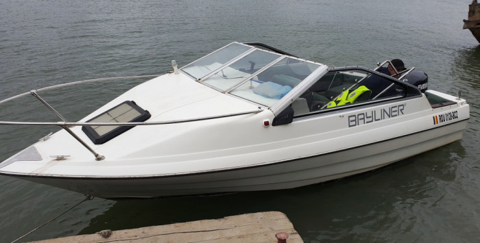 Ambarcatiune Bayliner 6 persoane, motor Evenrude 115 cp, peridoc, accesorii