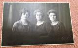 Trei femei. Fotografie datata 1923 - Foto Lux, Bucuresti, dimensiune 13x8,5 cm, Alb-Negru, Portrete, Romania 1900 - 1950