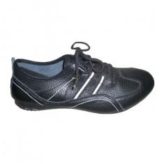 Adidas modern, calapod simplu si in tendinte, nuanta de negru
