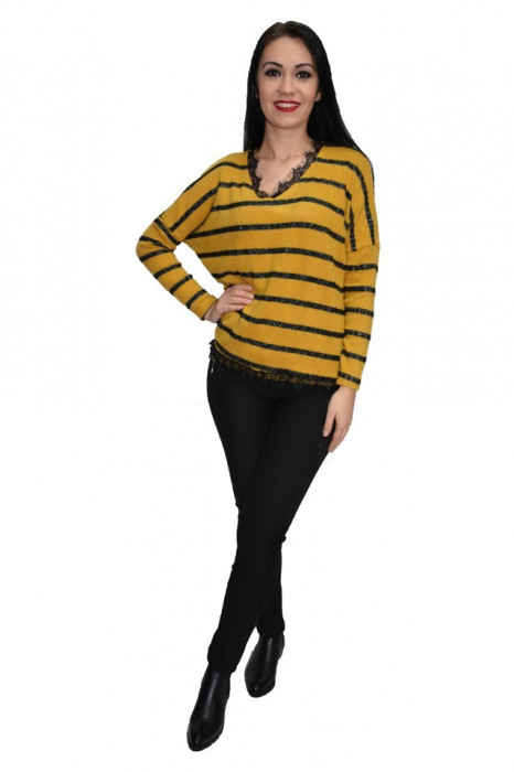 Bluza cu textura tricotata aplicatii de dantela si insertii argintii,nuanta de galben