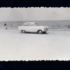 MASINA DE EPOCA PE MALUL MARII , FOTOGRAFIE MONOCROMA, PE HARTIE LUCIOASA , FORMAT MIC ,ANII '60
