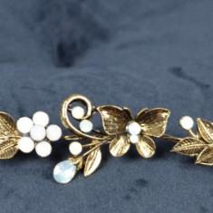 Diadema model Auriu cu fluturi si pietricele Alb Opac