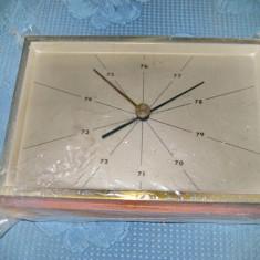 A816-Ceas masa vechi metal aurit si lemn nefunctional.