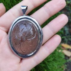 Impresionant pandantiv din argint, cu cuart gravat cu floare