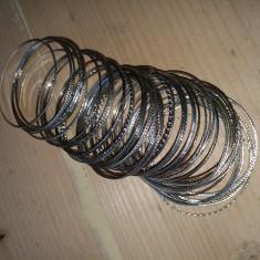 60 de brățări argintate.