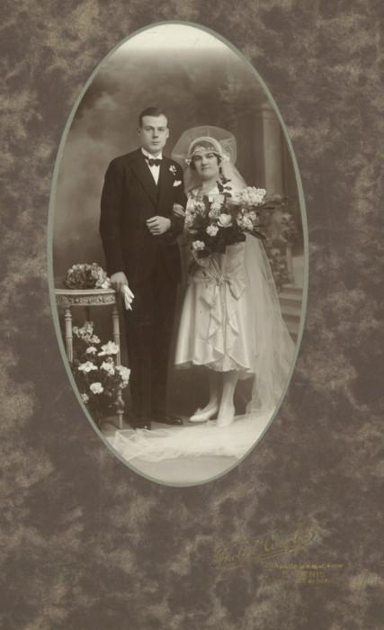 Fotografie veche de nuntă cu mire și mireasă din Franța
