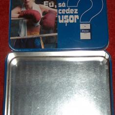 cutie din tablă pt. ţigări, încap 2 pachete king size