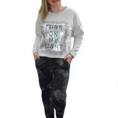 Pantalon modern tip sport, de culoare gri cu imprimeu deosebit