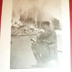 Fotografie ww2 tiparita -Reporter german in mijlocul strazilor incendiate ,dim