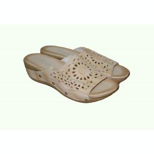 Papuc confortabil in culoare de bej, design cu aspect de dantela
