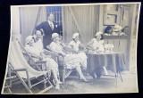 TINERE SPECTATOARE PE MARGINEA UNUI TEREN DE TENIS , LA MASA , FOTOGRAFIE MONOCROMA, CU OCAZIA CEFERIADEI 1940