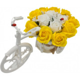 """Aranjament floral trandafiri """"Bicicleta cu flori zambarete"""", flori de sapun, galben cu alb, Dalimag, 30x17x15 cm"""
