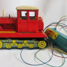 Tractor rosu jucarie veche de tabla anii '60, 461 ME 701 China, pe baterii