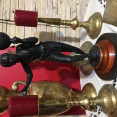 Sculptura din bronz reprezentand un Maur, semnată pe lemn.
