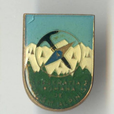 Insigna veche Federatia Romana de TURISM -  ALPINISM 1970 - VARIANTA