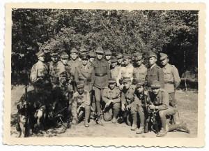 Fotografie elevi militari romani cu arme al doilea razboi mondial