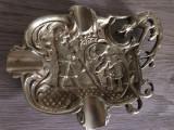 Scrumiera veche englezeasca din bronz masiv cu personaje si gargoyle