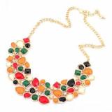Colier fashion de dama, cu pietre multicolore, combinatie originala de culori