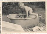 Copil la baie cu jucarii 1940 perioada monarhista