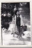 Bnk foto Femeie la baza scarii de la Gara Sinaia - 1965, Alb-Negru, Portrete, Romania de la 1950