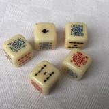 Cinci zaruri mari de joc YAMS sau POKER