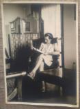 Tanara citind o revista, interior burghez// fotografie