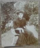 Domnisoara cocheta, pe scaun in gradina// Paris 1906