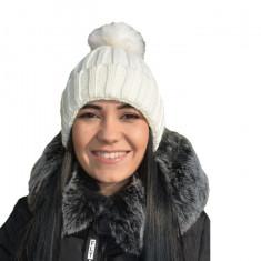 Caciula fashion de toamna-iarna, alba, cu pompon din blanita