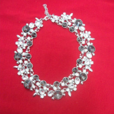 Colier feminin, argintiu cu pietre, forma rotunda