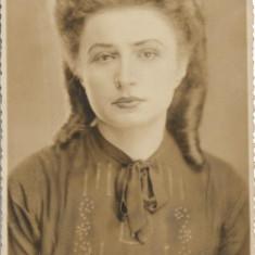Fotografie portret tanara poza veche romaneasca