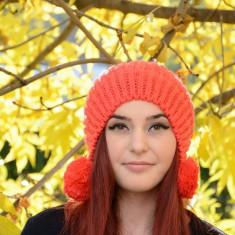 Caciula moderna, de nuanta portocalie, cu model simplu tricotat