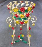 Jardiniera din fier forjat alb cu flori colorate si picior IRON-Flower-Table, Jardiniere