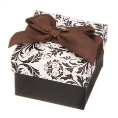 Cutiuță de cadou în alb și negru cu bijuterii cu ornamente și fundiță maro