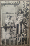 Mama si fiica la fantana, costume nationale// Foto Modern Rahova