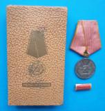 Set complet Medalia Muncii RPR decoratie cutie si bareta model RAR anii 1950