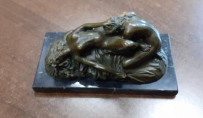 statueta bronz - scena nud erotic foto