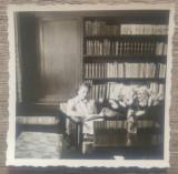 Domnisoara citind, interior burghez cu biblioteca// foto romaneasca interbelica