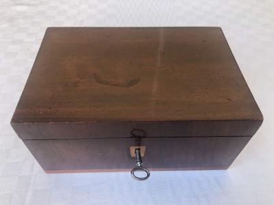 Cutie veche din lemn furniruita foto
