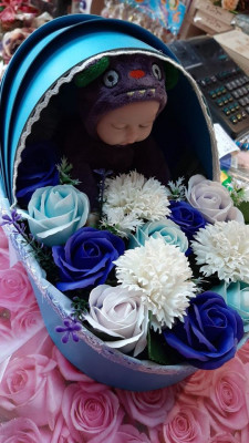 Aranjament- landou trandafiri sapun si bebelus plus pt o proaspata mamica foto