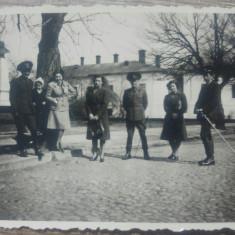 Tineri soldati cu sabii si prietene/ fotografie, 1943